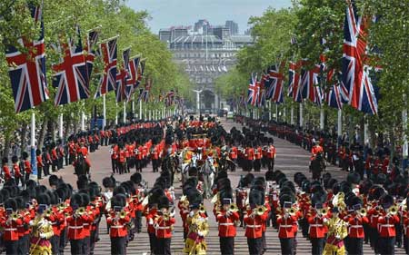 Queen leads guards back to Buckingham Palace