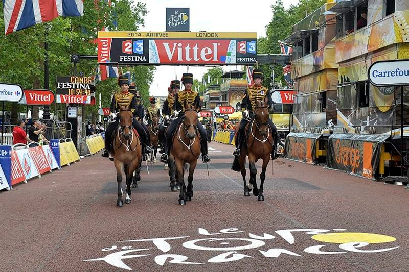 Kings Troop RHA cross the Tour de France finish line on The Mall