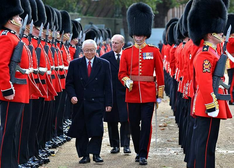 President of Singapore inspects the Guard of Honour