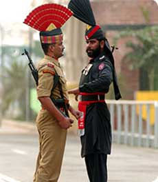 Indian and Pakisatini troops gaurd the border at Wagah